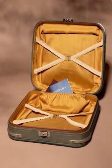 Geöffnetes gepäck mit reisepass
