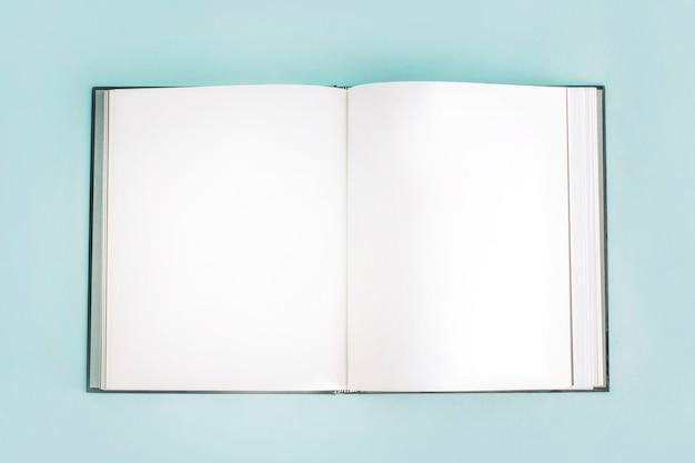 Geöffnetes leeres notizbuch