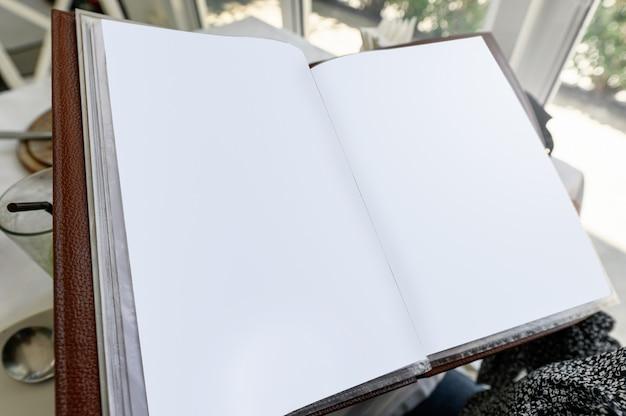 Geöffnetes leeres papiermenübuch