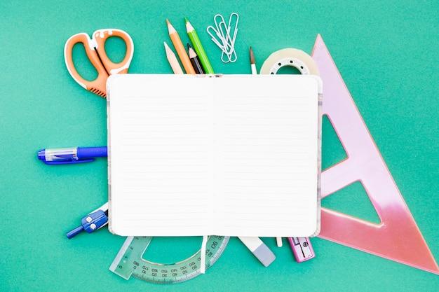 Geöffnetes notizbuch auf briefpapier