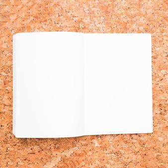 Geöffnetes notizbuch auf schreibtisch