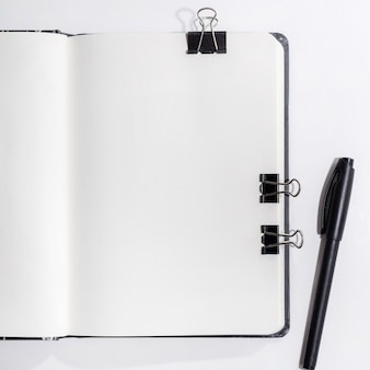 Geöffnetes notizbuch auf weiß