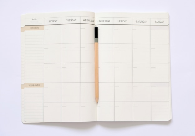 Geöffnetes notizbuch mit leerem platz für ideen.