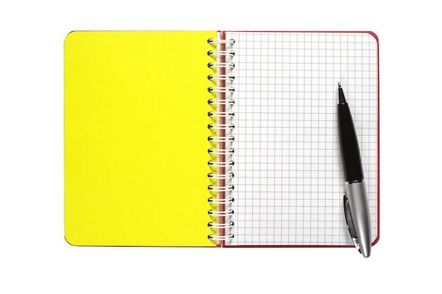Geöffnetes notizbuch mit leerer seite und stift auf weißem hintergrund