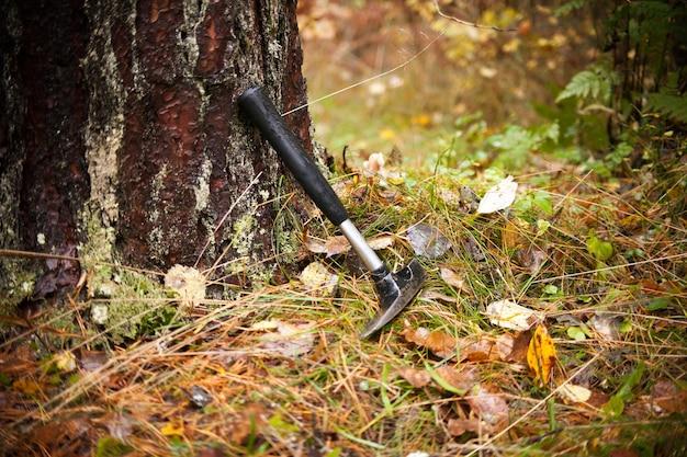 Geologen hämmern bei fieldwork rock hammer rock pick oder geologische pick zum spalten von gesteinen