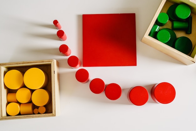 Geometrie- und mathematikmaterialien in einem montessori-klassenzimmer