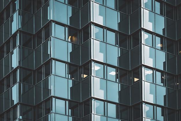 Geometrisch verglaste fassade eines bürogebäudes