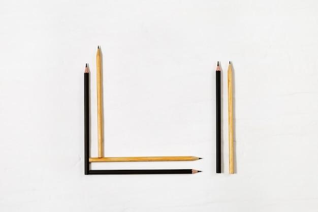 Geometrische buntstifte. schwarze und gelbe holzstifte.