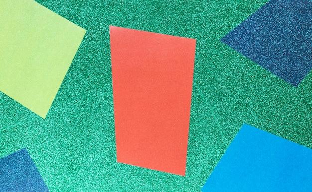 Geometrische formen auf grünem hintergrund
