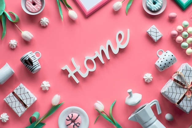 Geometrische frühlingswohnung lag in weiß und grün auf rosa