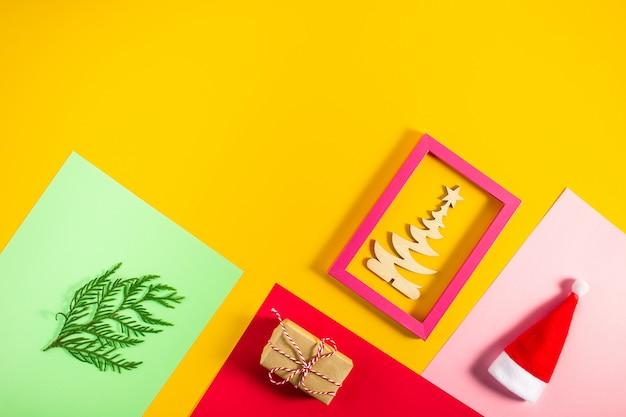 Geometrische kreative weihnachtsebene gelegt auf bunten modischen pastellhintergrund
