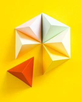 Geometrische papierform auf schreibtisch