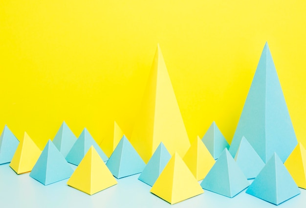 Geometrische papierformen auf dem schreibtisch