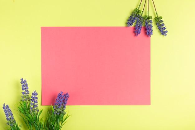 Geometrische papiergrafik mit lavendel