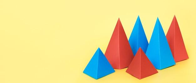 Geometrische papierobjekte im kopierraum
