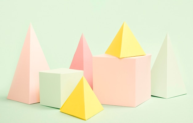 Geometrische papierobjekte mit hohem winkel auf dem schreibtisch