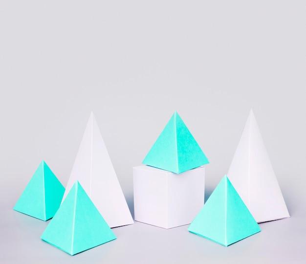 Geometrische papierobjekte mit hohem winkel