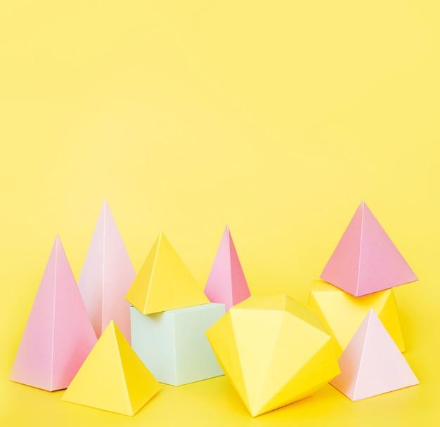 Geometrische papierobjekte mit kopierraum