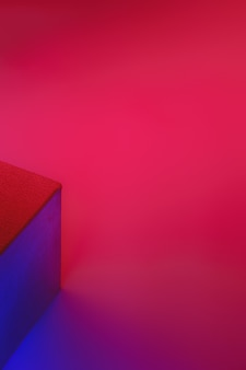 Geometrische würfelfigur in lebendigen neonfarben.