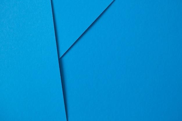 Geometrischer aufbau mit blauer pappe mit copyspace