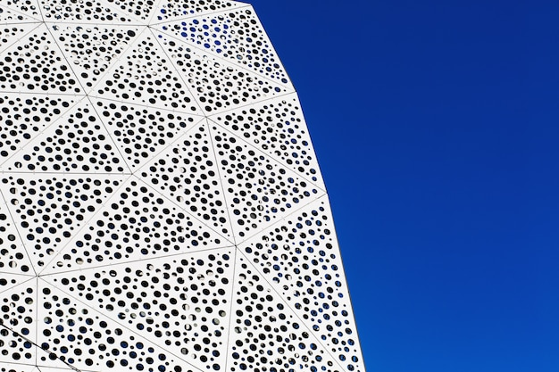 Geometrischer silberner hintergrund mit raute, dreieck und kreisen. moderner silberner hintergrund