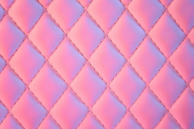 Geometrisches rautenmuster aus gestepptem pu-leder in neonlicht