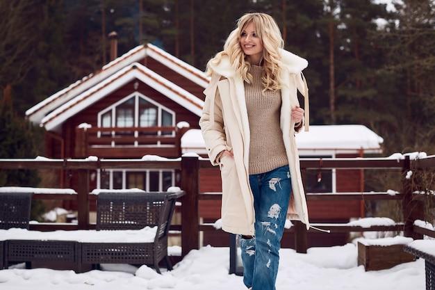 Georgeous elegante blondine im hellen winterkleid