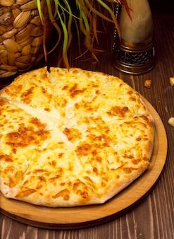 Georgian khachapuri imeruli. georgisches traditionelles essen, heißes khachapuri