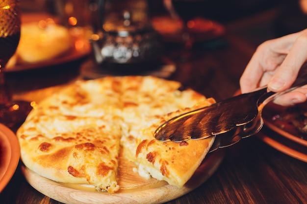 Georgian khachapuri imeruli - traditionelle georgische küche. nahansicht