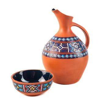 Georgianischer handgefertigter keramikkrug mit traditionellen ornamenten