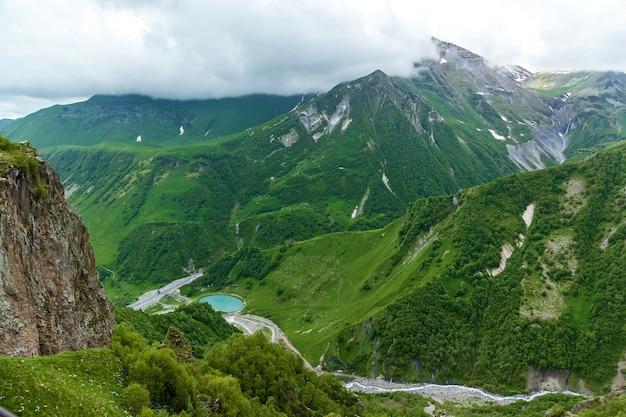 Georgische militärstraße, wunderschöne berglandschaft und gebirgsflüsse entlang. georgische militärstraße