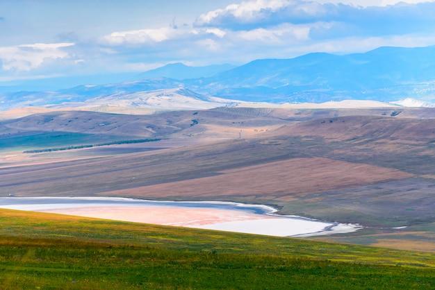 Georgische steppenlandschaft auf dem weg nach osten von tiflis zum klosterkomplex david gareji.