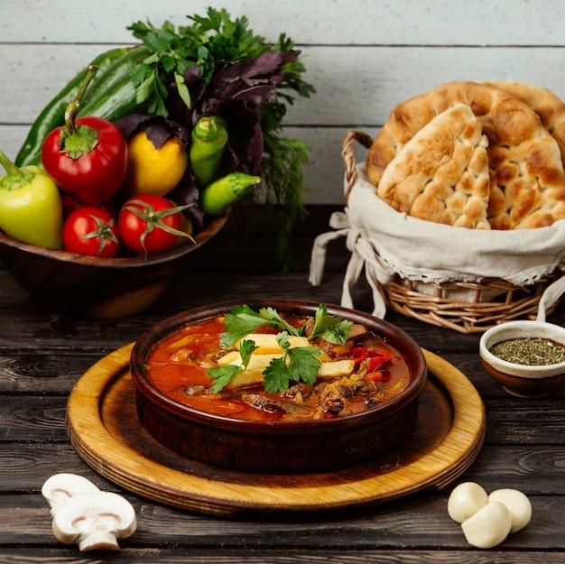 Georgische suppe auf holzbrett
