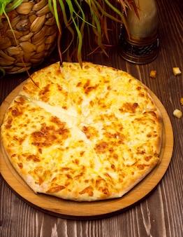 Georgischer käse khachapuri imeruli. georgisches traditionelles essen, heißes khachapuri