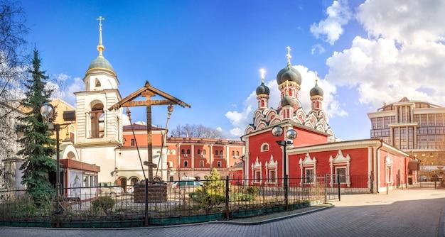 Georgskirche in endova, ein holzkreuz und ein glockenturm in moskau