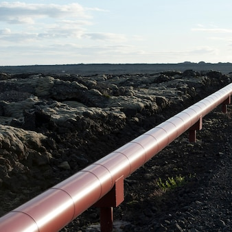 Geothermisches heizungsrohr durch isländische landwirtschaftliche landschaft