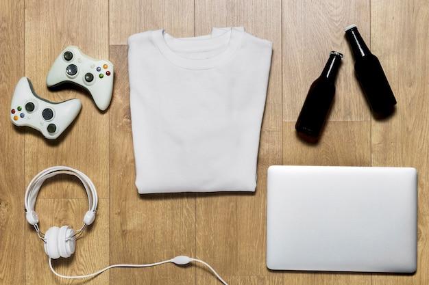 Gepackter hoodie mit joysticks daneben