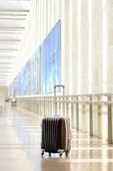 Gepackter reisekoffer, flughafen. sommerferien und ferienkonzept.