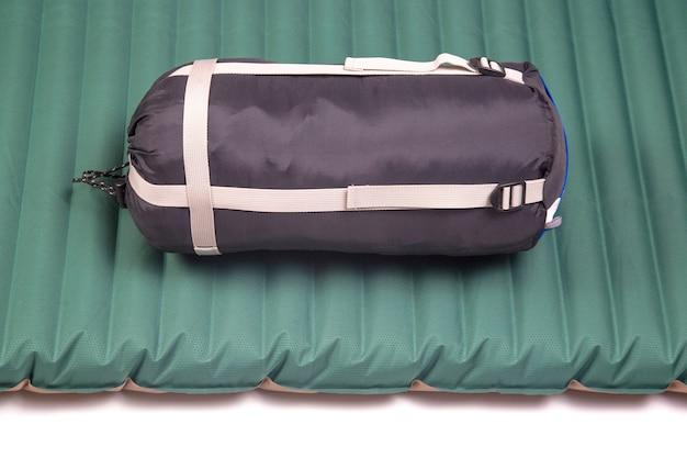 Gepackter schlafsack und aufblasbare matratze für ruhe und schlaf des touristen