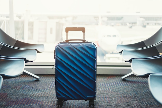 Gepäck am flughafenabfertigungsgebäude-reisekonzept