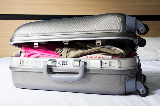 Gepäck auf dem bett