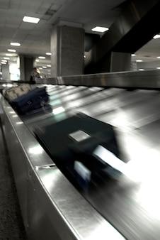 Gepäck bewegt sich auf förderband