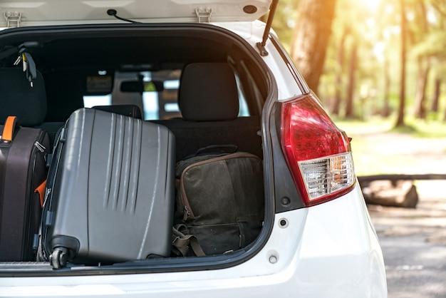 Gepäck: kofferraum mit gepäck. reise-konzept