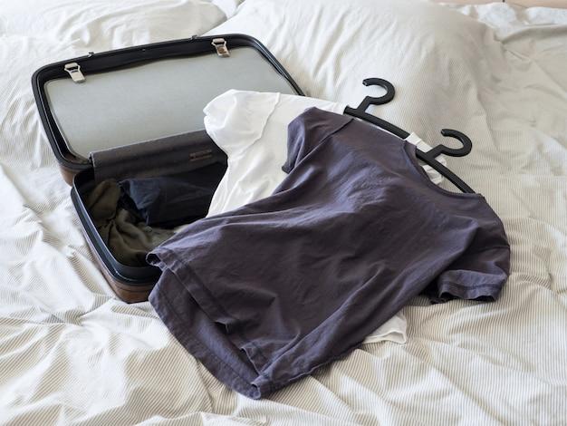 Gepäckkoffer-satzkleidung bereit zur ferienwochenendenreise