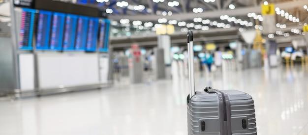 Gepäcktasche im hintergrund des internationalen flughafenterminals