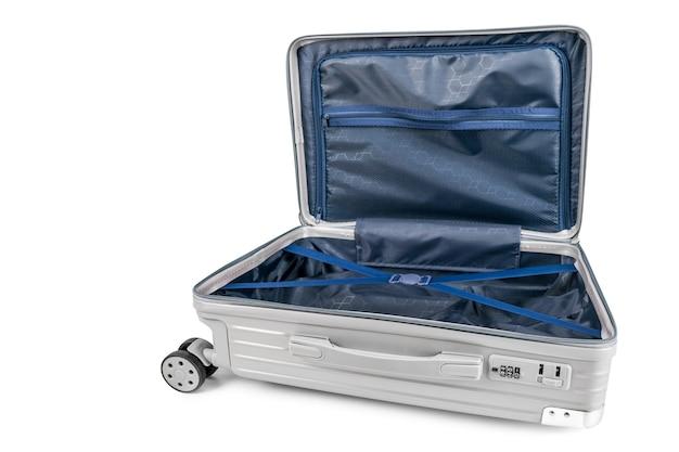 Gepäcktasche offen mit kopierraum auf isoliertem weiß