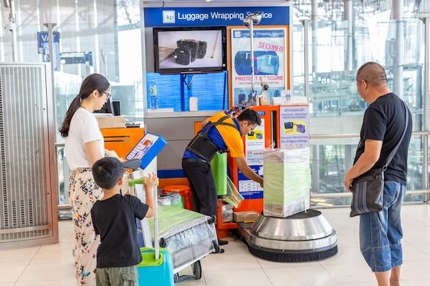 Gepäckverpackungsservice am internationalen flughafen suvannaphumi in bangkok, thailand