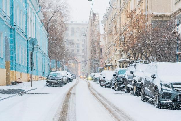 Geparkte autos mit schnee bedeckt im stadtbild der nachbarschaft f
