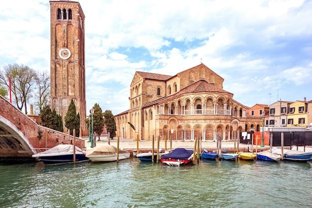 Geparkte boote und historische architektur in venedig