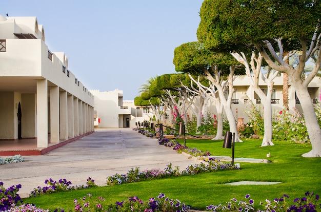 Gepflegtes parkgelände eines fünf-sterne-hotels. sommer in sharm el sheikh.